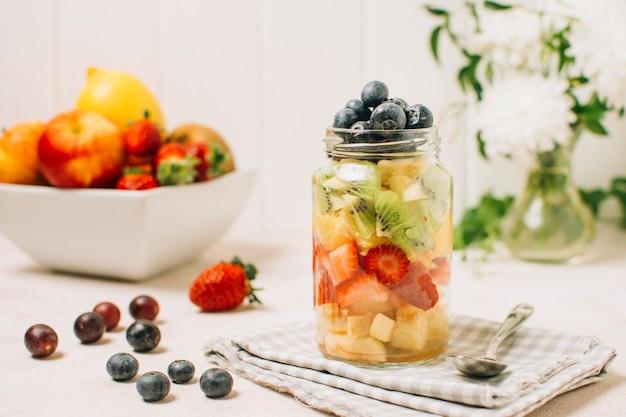 Arrangement de fruits colorés dans un bocal Photo gratuit