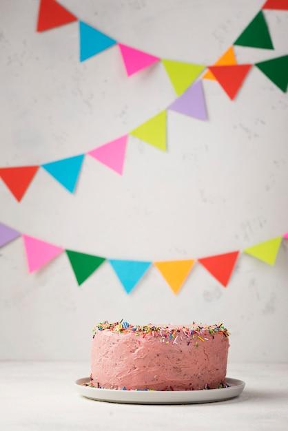 Arrangement Avec Gâteau Rose Et Décorations Photo gratuit