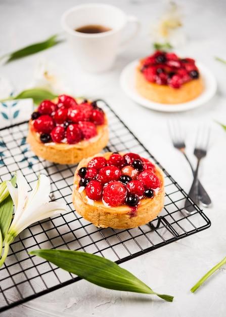 Arrangement De Gâteaux Fruités à Angle élevé Photo gratuit