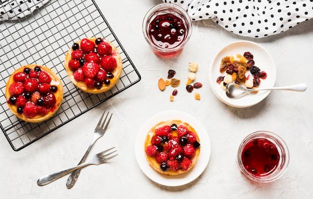 Arrangement De Gâteaux Fruités Photo gratuit