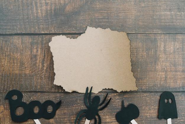 Arrangement d'halloween avec du papier brûlé et une araignée Photo gratuit