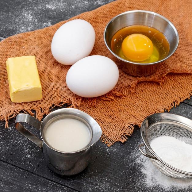 Arrangement de haute vue des ingrédients pour la boulangerie Photo gratuit