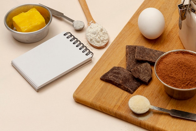Arrangement avec des ingrédients pour les muffins Photo gratuit
