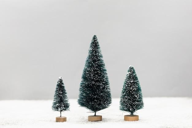Arrangement avec de jolis petits arbres de noël Photo gratuit