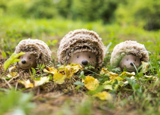 Arrangement avec des jouets de hérissons sur l'herbe Photo gratuit