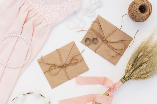Arrangement de jour de mariage vue de dessus avec des enveloppes brunes Photo gratuit