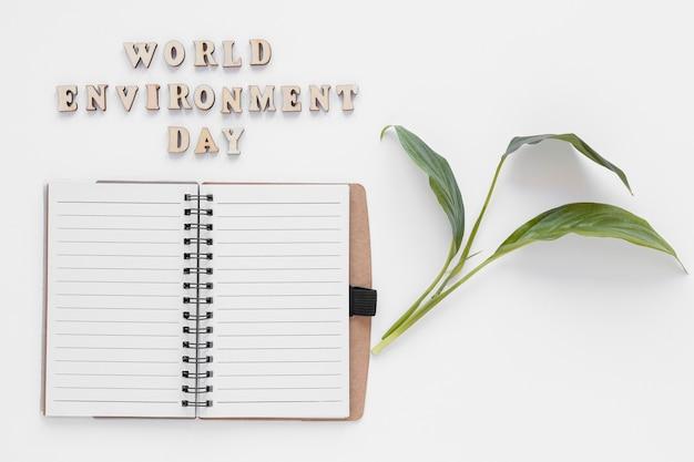 Arrangement De La Journée Mondiale De L'environnement Avec Un Cahier Vide Photo gratuit