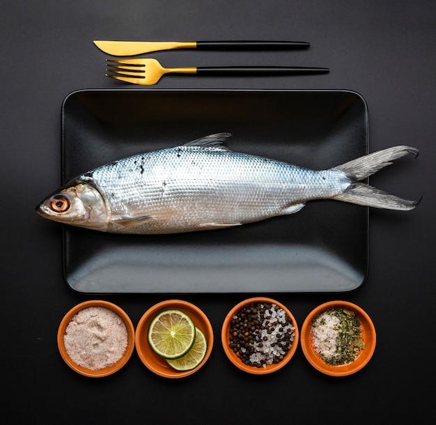 Arrangement de lat plat avec poisson dans le plateau Photo gratuit