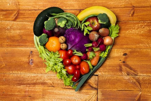 Arrangement de légumes en forme de coeur vue de dessus Photo gratuit