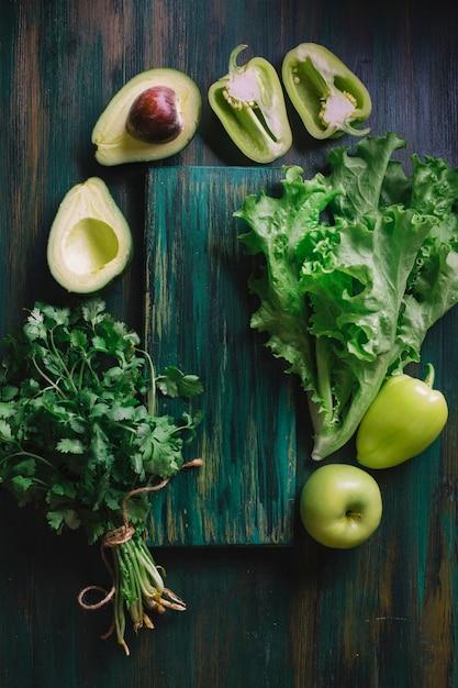 Arrangement De Légumes Verts Et Une Planche à Découper Photo gratuit