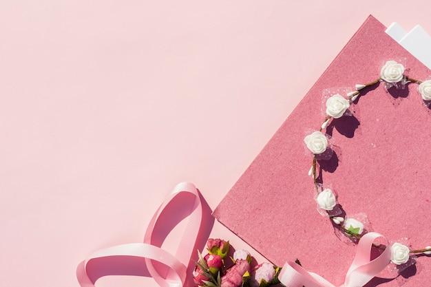 Arrangement de mariage rose avec couronne de fleurs et espace de copie Photo gratuit