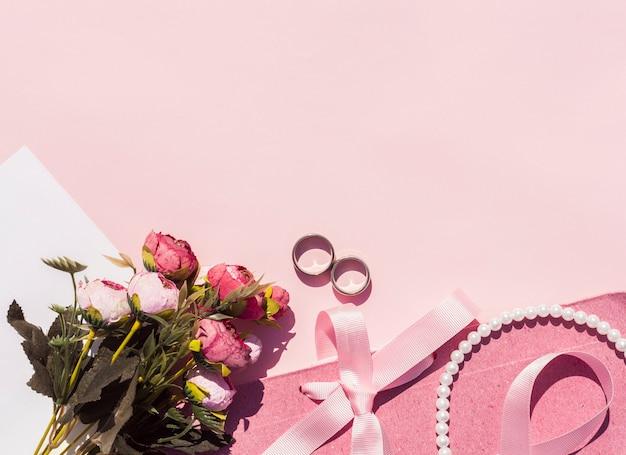 Arrangement De Mariage Rose Plat Avec Fond Rose Photo gratuit
