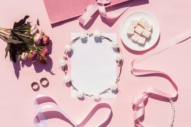 Arrangement De Mariage Rose Plat Avec Sur Fond Photo gratuit