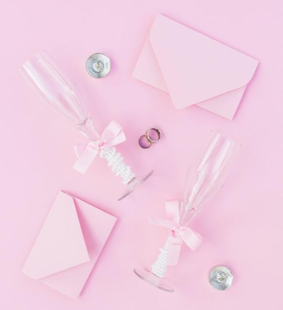 Arrangement De Mariage Rose Avec Des Verres De Champagne Et Des Invitations Photo gratuit