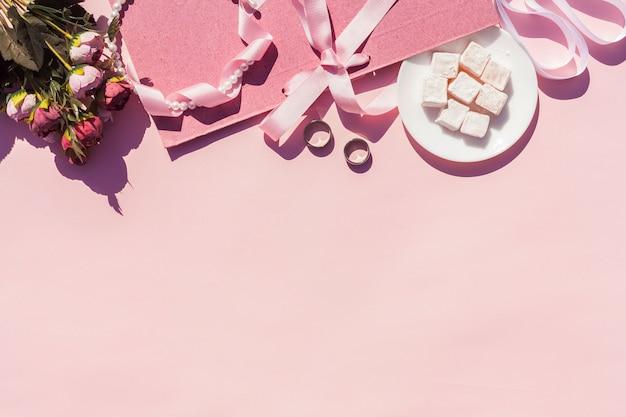 Arrangement De Mariage Rose Vue De Dessus Avec Fond Rose Photo gratuit