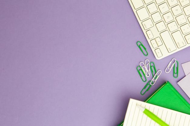 Arrangement En Milieu De Travail Sur Fond Violet Avec Espace Copie Photo gratuit
