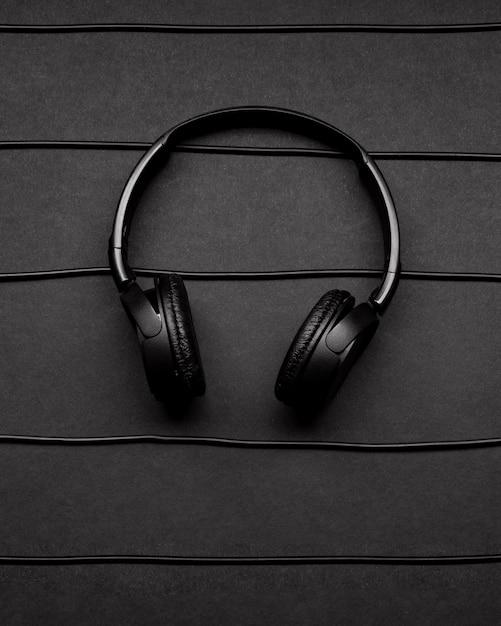 Arrangement De Musique Avec Des écouteurs Et Des Câbles Noirs Photo gratuit
