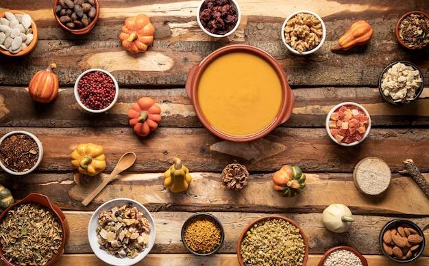 Arrangement avec de la nourriture d'automne sur une table en bois Photo gratuit