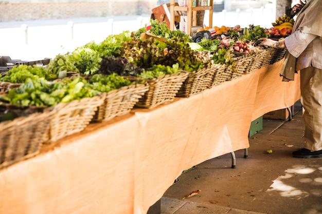 Arrangement d'un panier de légumes dans une rangée au marché de rue local Photo gratuit