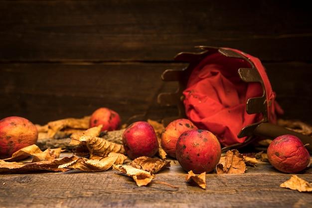 Arrangement avec panier et pommes rouges Photo gratuit