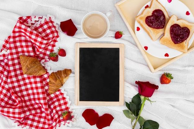 Arrangement de petit-déjeuner romantique avec plateau vide Photo gratuit