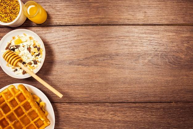 Arrangement de petit déjeuner sain sur un bureau en bois Photo gratuit