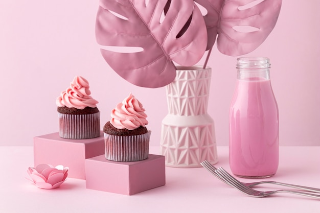 Arrangement De Plantes Monstera Et Cupcakes Roses Photo gratuit