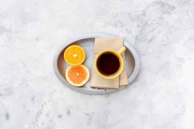 Arrangement à plat avec boisson et tranche d'orange Photo gratuit