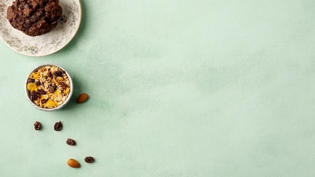 Arrangement plat avec des céréales sur fond vert Photo gratuit