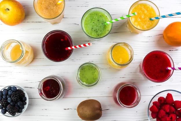 Arrangement à plat de différents smoothies Photo gratuit