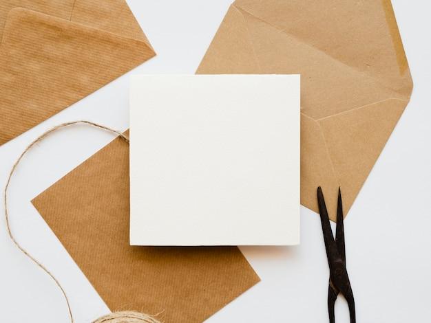 Arrangement à plat des enveloppes blanches et brunes Photo gratuit