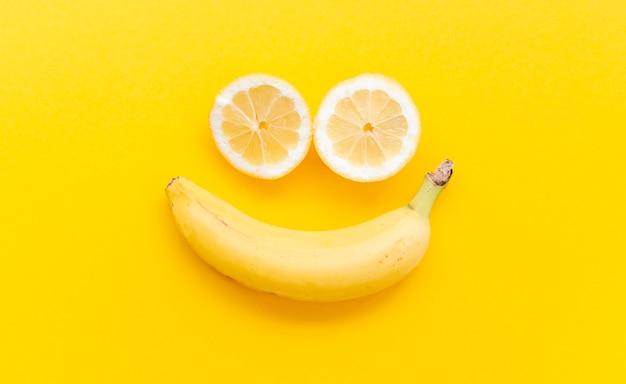 Arrangement Plat Avec Des Fruits Photo gratuit