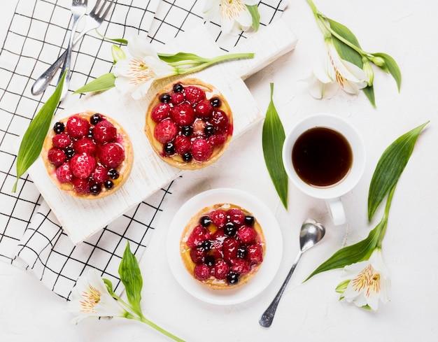Arrangement Plat De Gâteaux Fruités Photo gratuit
