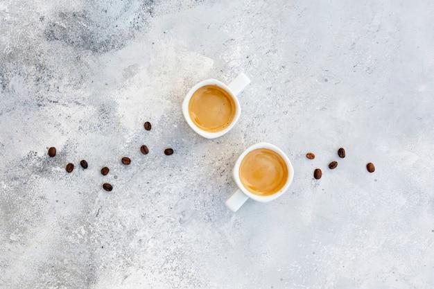 Arrangement plat laïc avec cappuccino sur fond de stuc Photo gratuit