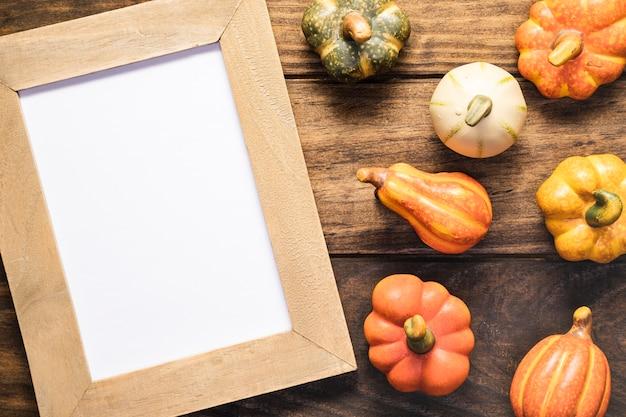 Arrangement à plat avec légumes et cadre Photo gratuit