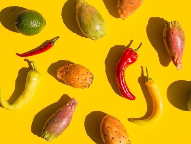 Arrangement plat avec légumes et fond jaune Photo gratuit