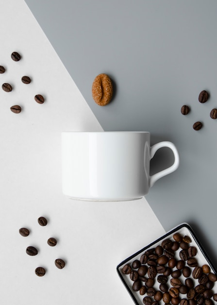 Arrangement plat avec maquette de tasse à café Photo gratuit