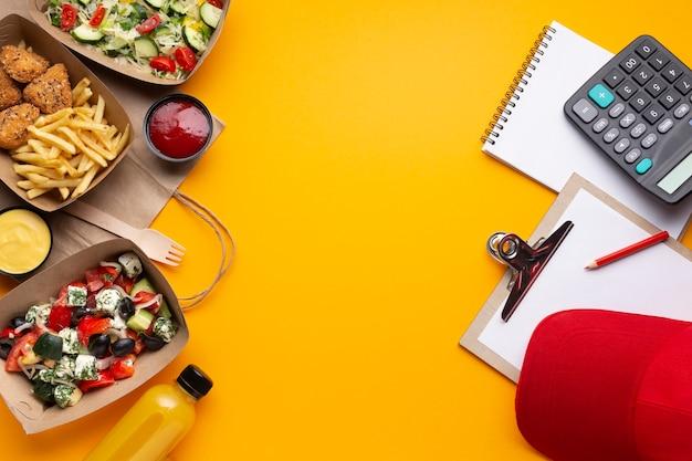 Arrangement plat avec nourriture et espace de copie Photo gratuit