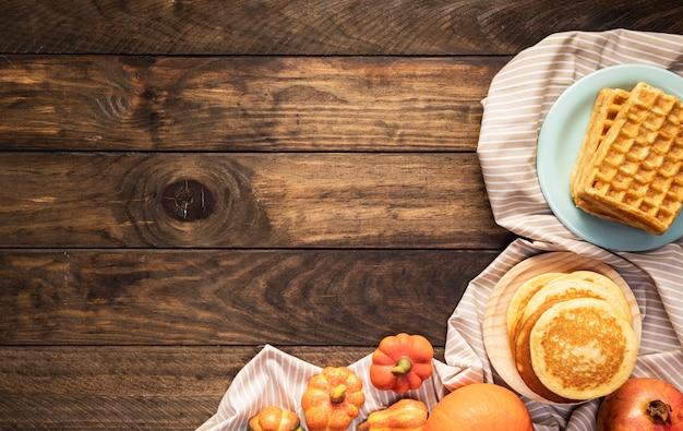 Arrangement plat de nourriture sur une feuille rayée Photo gratuit