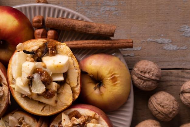 Arrangement à plat avec des pommes et des bâtons de cannelle Photo gratuit