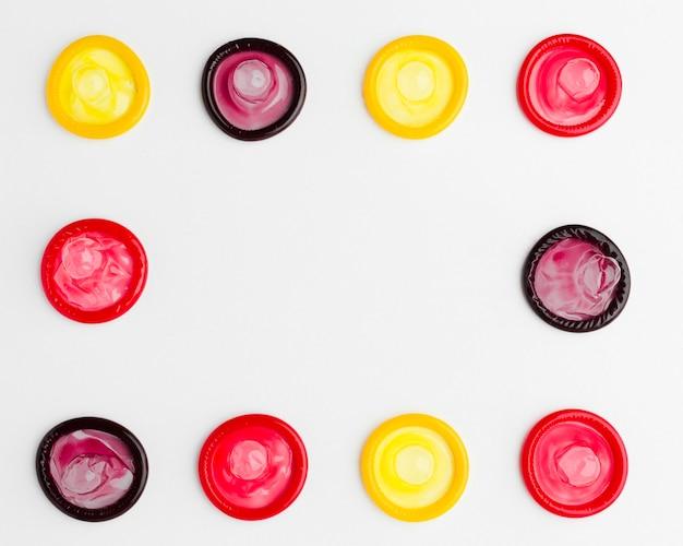 Arrangement Plat De Préservatifs Colorés Avec Espace Copie Photo gratuit