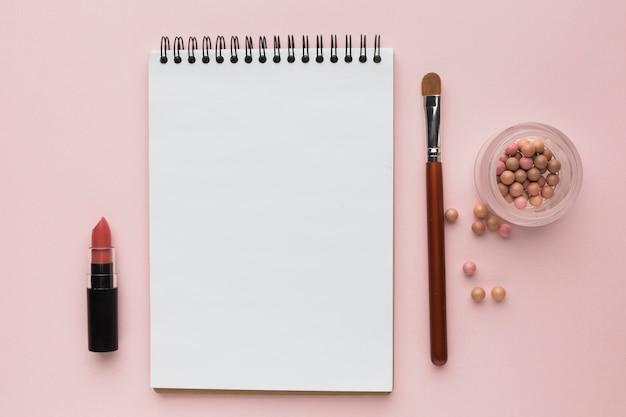 Arrangement à Plat Avec Des Produits De Maquillage Et Un Cahier Photo gratuit