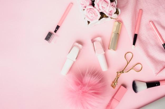 Arrangement à plat avec des produits pour les lèvres et les ongles Photo gratuit