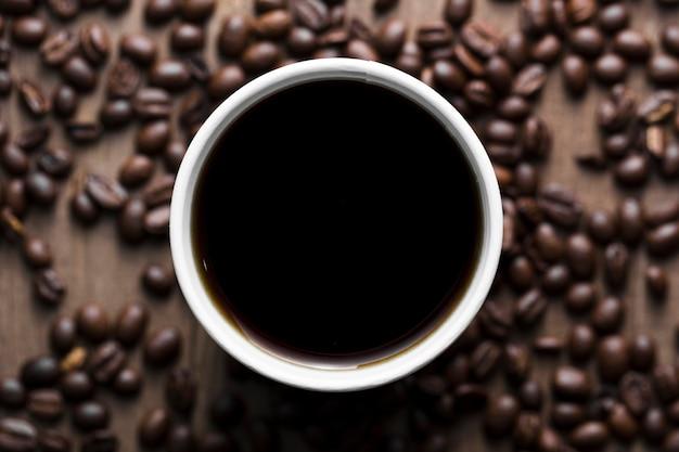 Arrangement Plat Avec Tasse à Café Noire Photo gratuit