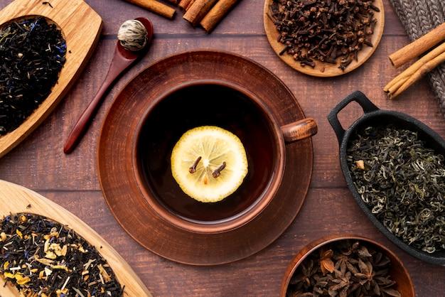 Arrangement plat avec tasse de thé et d'herbes Photo gratuit