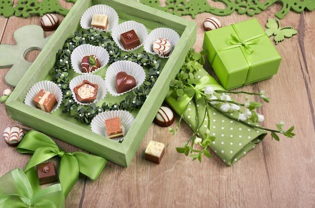 Arrangement de printemps avec des pralines au chocolat Photo Premium