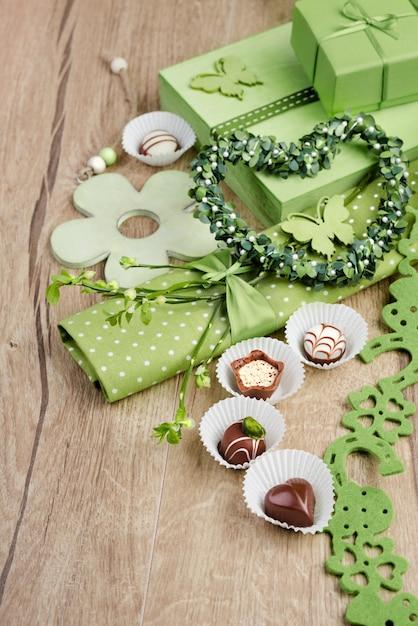 Arrangement de printemps vert avec des pralines au chocolat Photo Premium