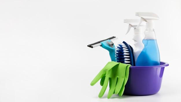Arrangement avec des produits de nettoyage dans un bassin violet Photo gratuit