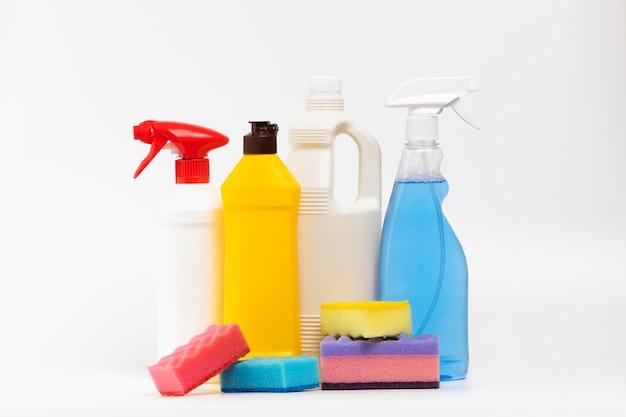 Arrangement avec des produits de nettoyage et des éponges colorées Photo gratuit