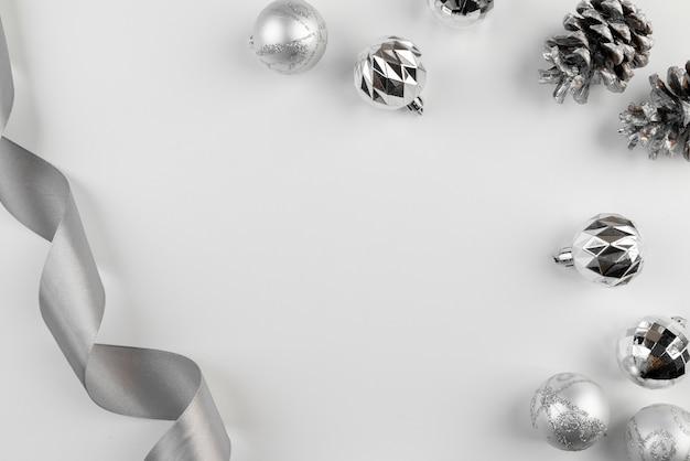 Arrangement de ruban d'argent et de boules de noël Photo gratuit